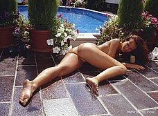 Espectacular milf se desnuda en la piscina - foto 15