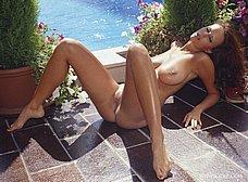 Espectacular milf se desnuda en la piscina - foto 18