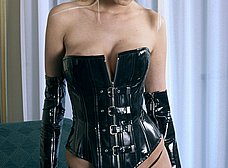 Rubia de ojos azules en corset y con un plug anal - foto 9