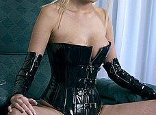 Rubia de ojos azules en corset y con un plug anal - foto 11
