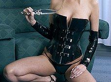 Rubia de ojos azules en corset y con un plug anal - foto 12