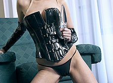 Rubia de ojos azules en corset y con un plug anal - foto 13