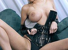 Rubia de ojos azules en corset y con un plug anal - foto 17