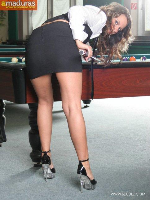 Masturbándose encima de la mesa de billar - foto 2