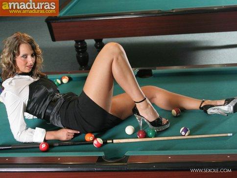 Masturbándose encima de la mesa de billar - foto 4