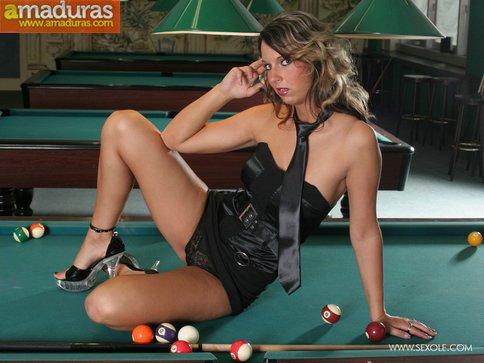 Masturbándose encima de la mesa de billar - foto 5