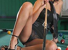 Masturbándose encima de la mesa de billar - foto 6