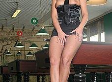 Masturbándose encima de la mesa de billar - foto 7
