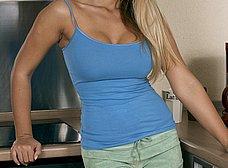 Ama de casa rubia se despelota en la cocina - foto 6