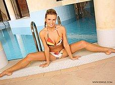 Se masturba en la piscina del gimnasio - foto 10