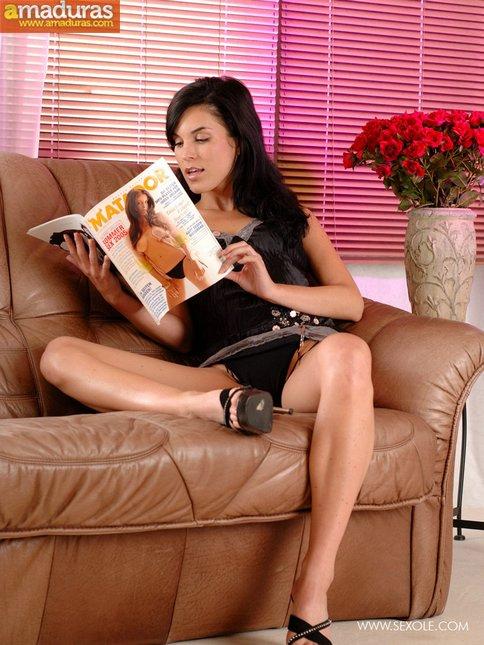 Se calienta viendo revistas porno y se masturba - foto 1