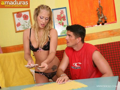 Jugando al strip poker acaban follando como animales - foto 1
