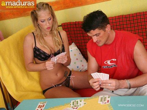 Jugando al strip poker acaban follando como animales - foto 3