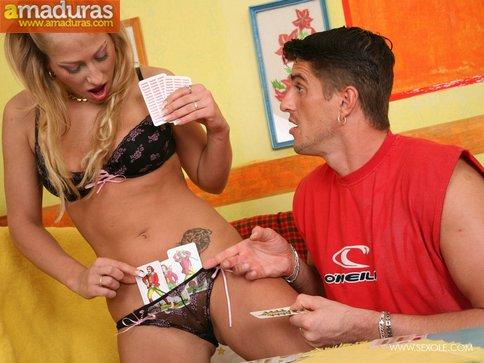 Jugando al strip poker acaban follando como animales - foto 4