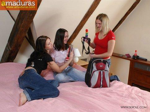 Tres amiguitas comparten un consoladores - foto 3