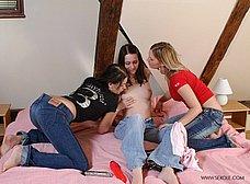 Tres amiguitas comparten un consoladores - foto 6