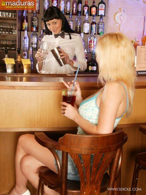 Rubia ninfómana se enrolla con la camarera del club - foto 2
