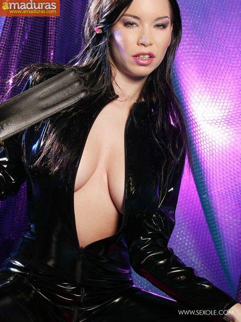 Las tetazas de la mujer del traje negro - foto 4