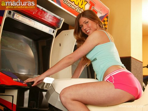 Masturbándose en el salón de juegos recreativos - foto 1