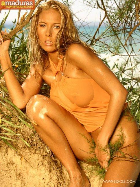 Medio desnuda por el campo: vaya tetazas - foto 5