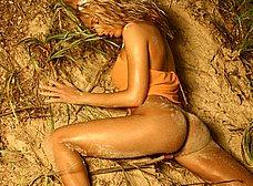 Medio desnuda por el campo: vaya tetazas - foto 12