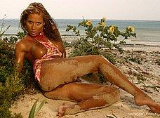 Medio desnuda por el campo: vaya tetazas - foto 18