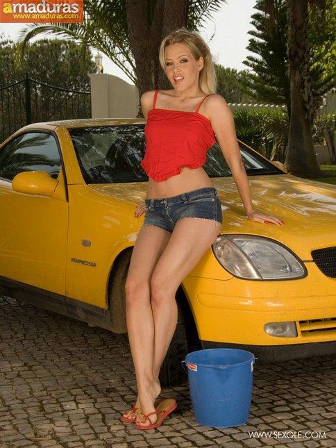 Lavando el coche con ese culo increible - foto 1