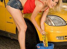 Lavando el coche con ese culo increible - foto 10