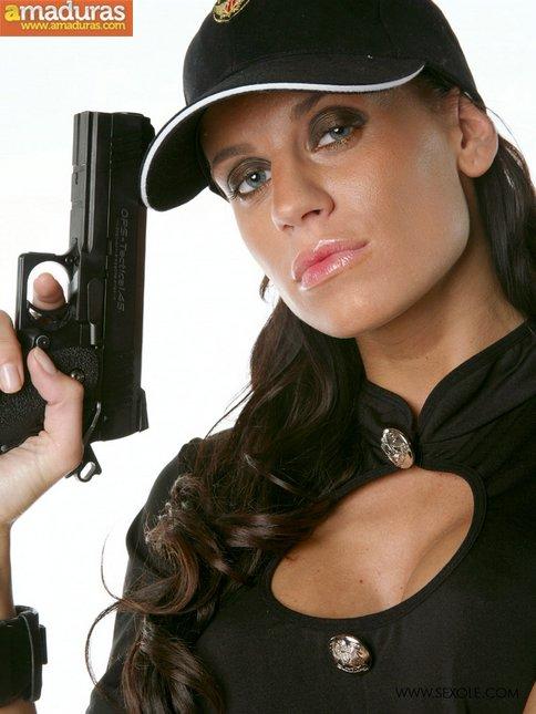 Te gustan las mujeres policia? Seguro que esta si - foto 5