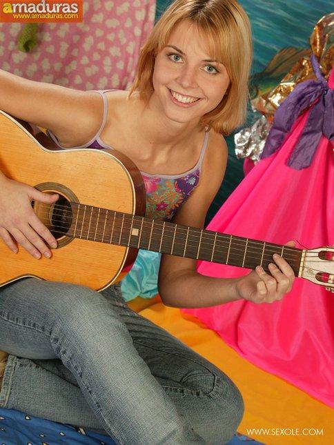Le gusta tocar la guitarra y abrirse el coño - foto 1
