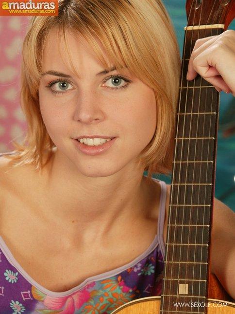 Le gusta tocar la guitarra y abrirse el coño - foto 2