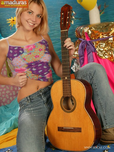 Le gusta tocar la guitarra y abrirse el coño - foto 3