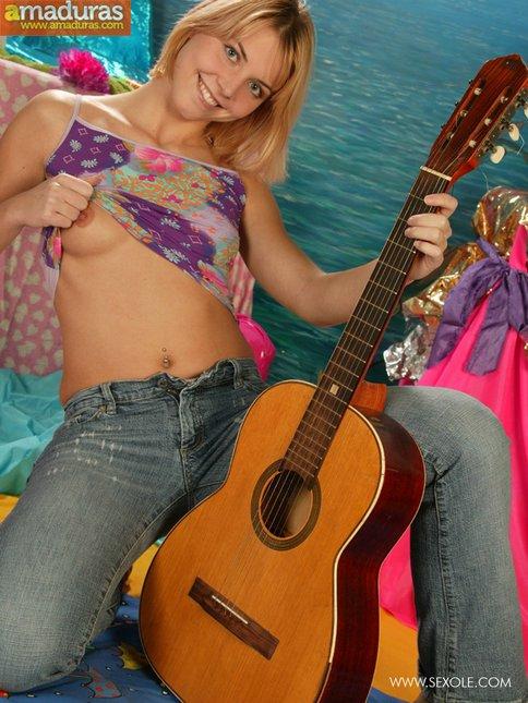 Le gusta tocar la guitarra y abrirse el coño - foto 4