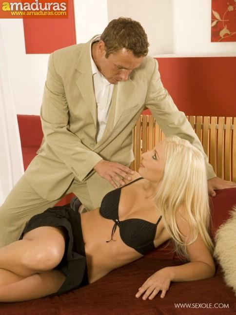 Rubia milf se deja seducir por su jefe - foto 2