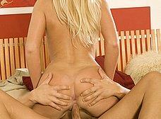 Rubia milf se deja seducir por su jefe - foto 14