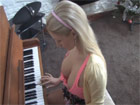 Graba a su sobrina tocando el piano