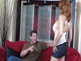 Madura se deja seducir por un amigo de su marido