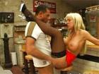 Se folla a la camarera madura del bar