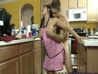 La madre de su novia no para de provocarle