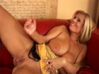 Milf de buenas tetas se masturba como una cerda