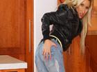 Rubia motera quitandose la ropa: qué maciza!