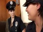 Dos polis maduritas vienen a ponerle una multa