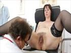 Señora cincuentona visita al ginecólogo