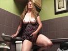Madurita salida se masturba en los servicios de un bar