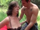Vieja cachonda follando con un veinteañero en el campo