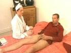 Enfermera milf pegandole un polvo al enfermo