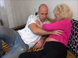 Abuela caliente llama a uno de sus nietos para que venga a follarla
