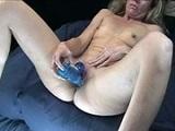 Una mujer muy madura se masturba muy fuerte para sentir placer