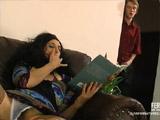 El novio de su hija la sorprende toda cachonda con un libro erótico