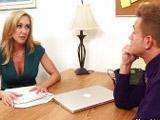 Todos quisieramos tener en la oficina una madura como Brandi Love